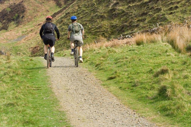 De reis van de cyclus in hooglanden, touri stock foto