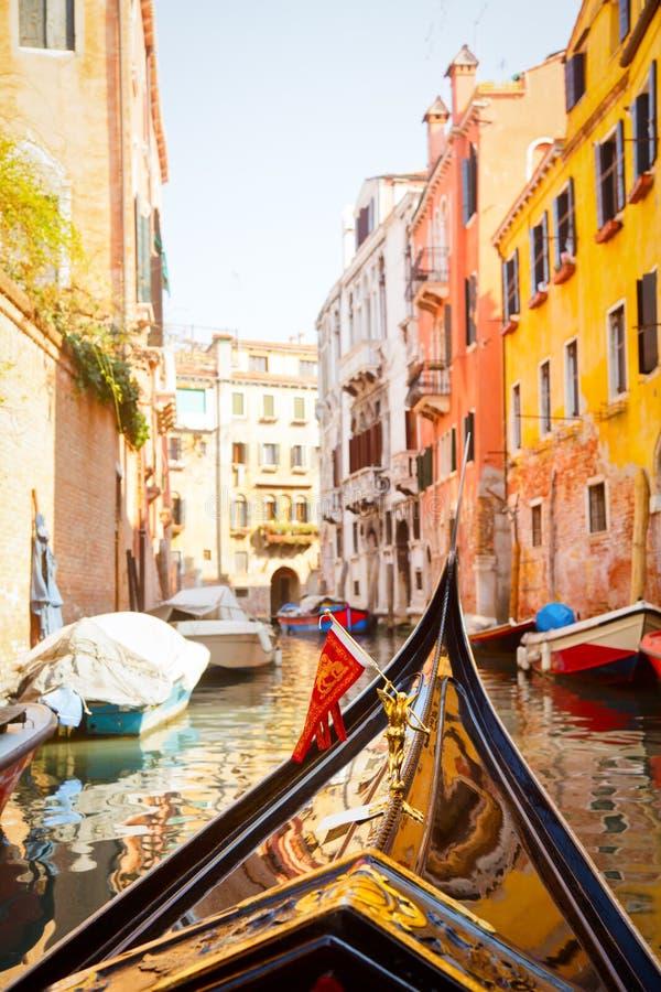 De reis van de gondel in Venetië stock afbeelding