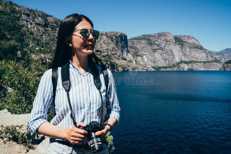 De reis van de meisjeswandelaar in yosemite nationaal park stock fotografie