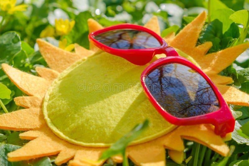 De reis van de strandzomer en rust concept Zonnebril op een stuk speelgoed zon stock afbeelding