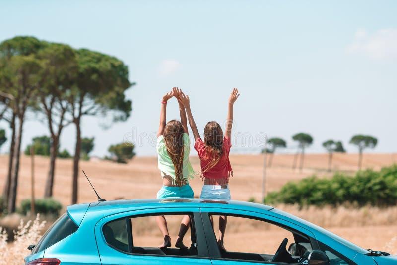 De reis van de de zomerauto en jonge familie op vakantie royalty-vrije stock fotografie