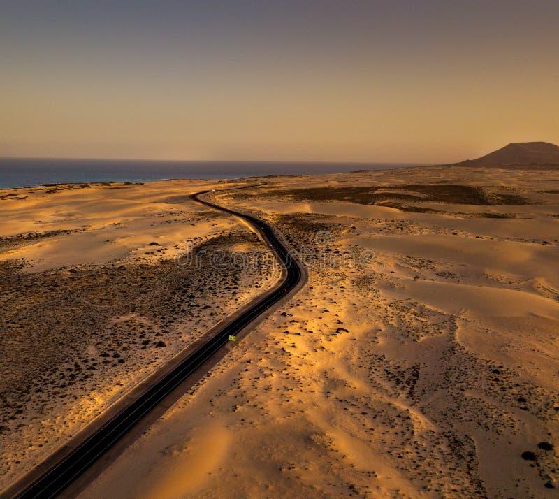 De reis van de zonsondergangweg - Kustweg Corralejo Fuerteventura stock afbeelding