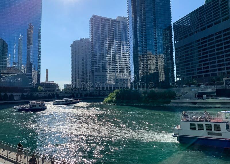 De reisboten en watertaxis verstoppen de de Rivierwaterweg van Chicago royalty-vrije stock afbeelding