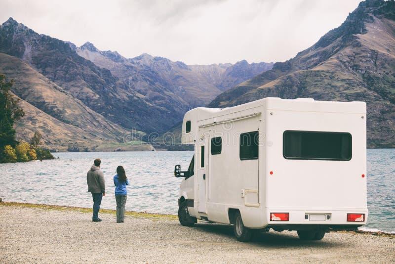 De de reisjongeren van rv motorhome camper van road op Nieuw Zeeland reist vakantieavontuur, Twee toeristen die meer bekijken en stock fotografie