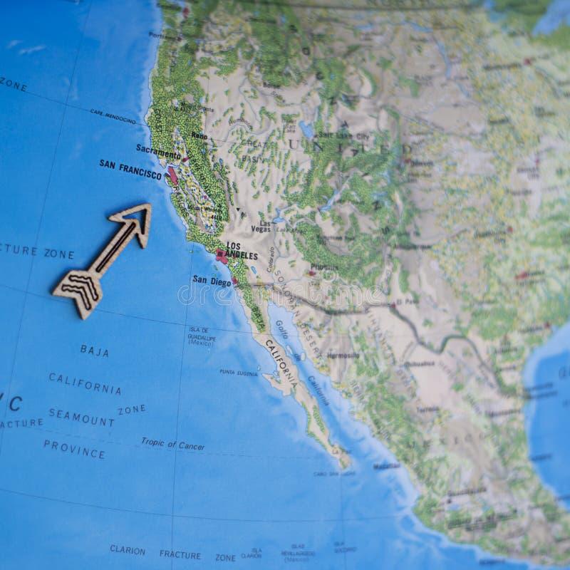De reiskaart van pret Kleurrijke Noord-Amerika de V.S. met houten pijl die aan San Francisco richten stock afbeeldingen