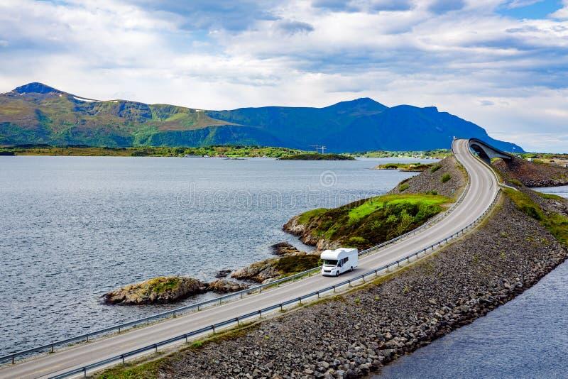 De reizen van de caravanauto rv op Road Noorwegen van de wegatlantische oceaan stock foto's
