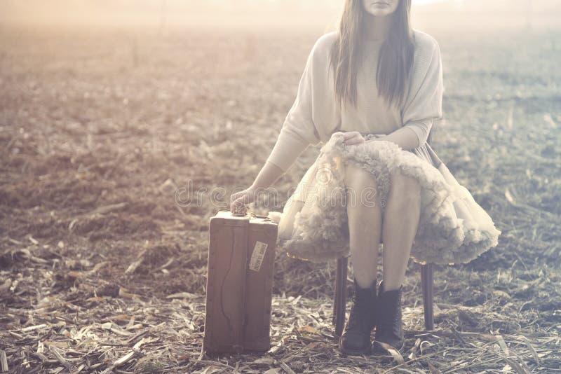De reizende vrouw gaat zitten om na een lange reis te rusten royalty-vrije stock foto