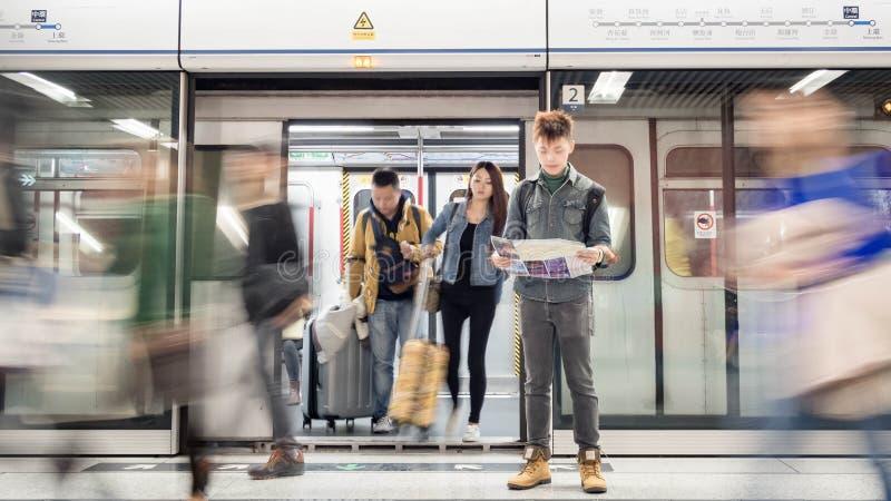 De reiziger bekijkt een toeristenkaart op metromtr post in Hong Kong royalty-vrije stock afbeelding