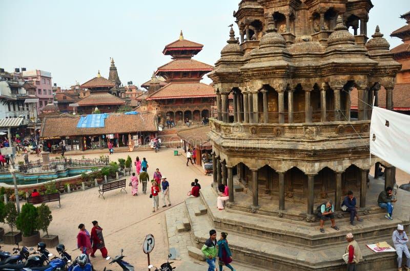 De reiziger en de Nepalese mensen komen aan het Vierkant van Patan Durbar royalty-vrije stock foto's