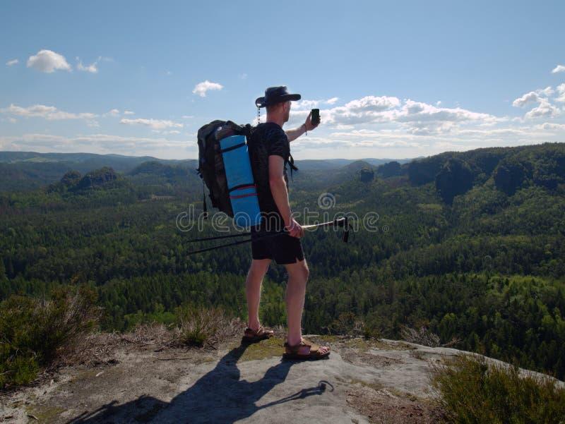 De reiziger met een rugzak bewondert een rustig natuurlijk landschap stock afbeeldingen