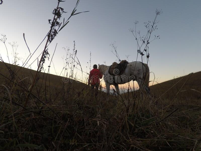 De reiziger ving de zonsondergang maakt de stormloop royalty-vrije stock fotografie