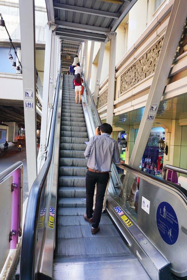 De reizigers gaan door een post van BTS over Skytrain stock foto's