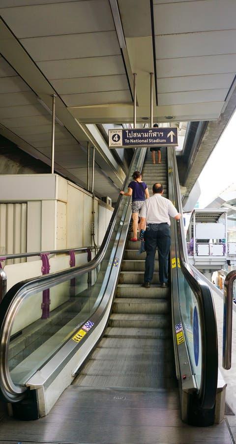 De reizigers gaan door een post van BTS over Skytrain stock afbeeldingen