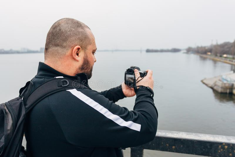 De reizigersfotograaf op brug neemt beeld royalty-vrije stock fotografie