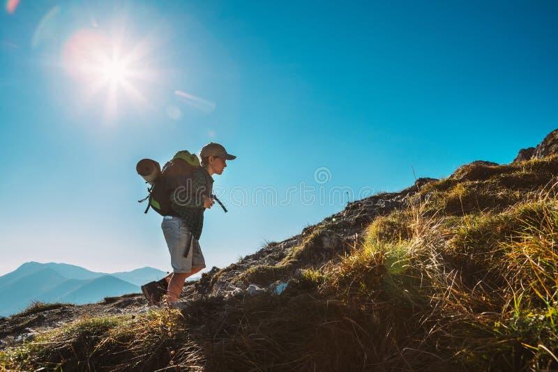 De reizigersgang van Little Boy backpacker omhoog op bergbovenkant royalty-vrije stock foto's