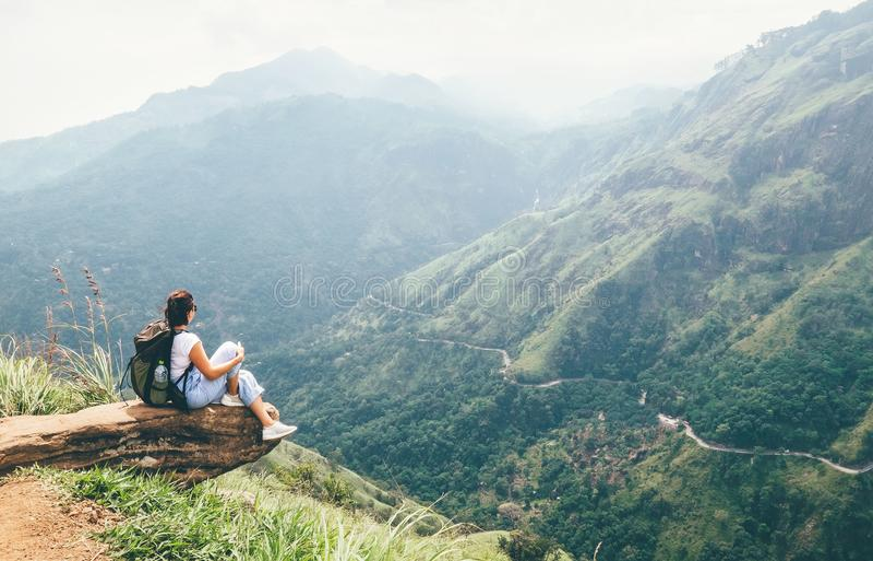 De reizigersvrouw geniet bergen van landschap Vacatio van het reisconcept royalty-vrije stock foto