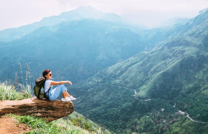 De reizigersvrouw geniet van met bergenlandschap Reisconcept va stock foto's