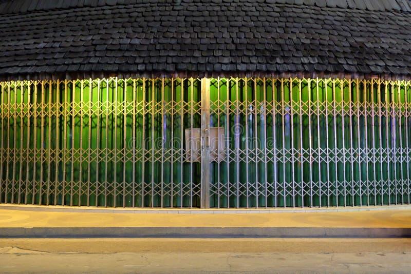 De rekachtergrond van staaldeuren met Oud Houten Dak royalty-vrije stock foto's