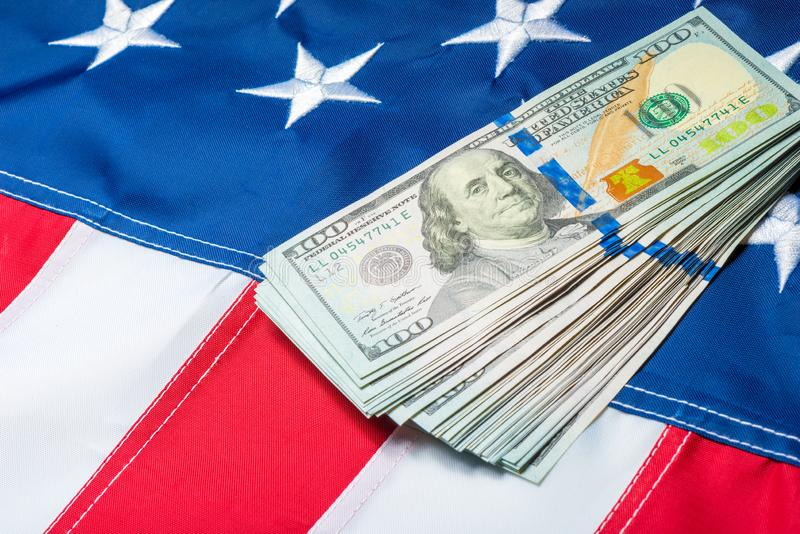 de rekeningen met een portret van Franklin zijn op de vlag van Amerika royalty-vrije stock afbeeldingen