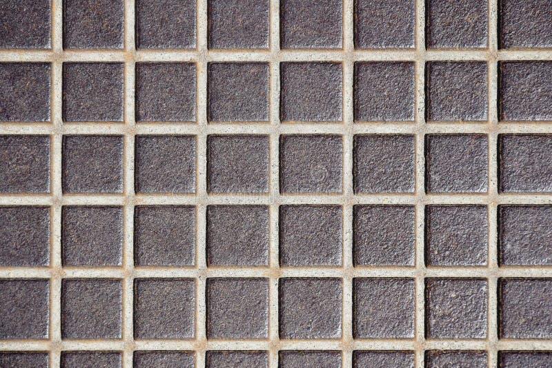 De in reliëf gemaakte oude textuur van de metaalvloer, oppervlakte in een kooi Roestige metaalvloer, industriële bevloering stock foto