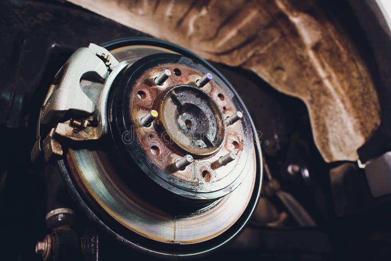 De rem van de close-upschijf van het voertuig voor reparatie stock afbeelding