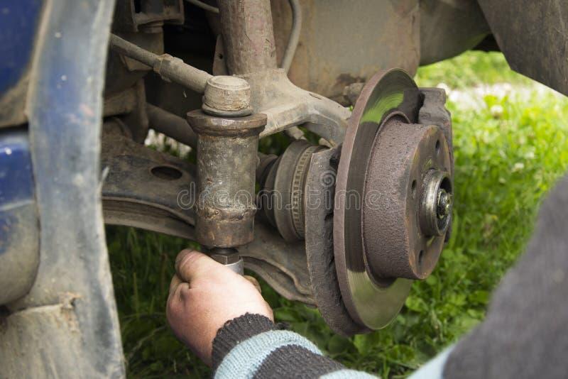 De rem van de close-upschijf van het voertuig voor reparatie stock foto's