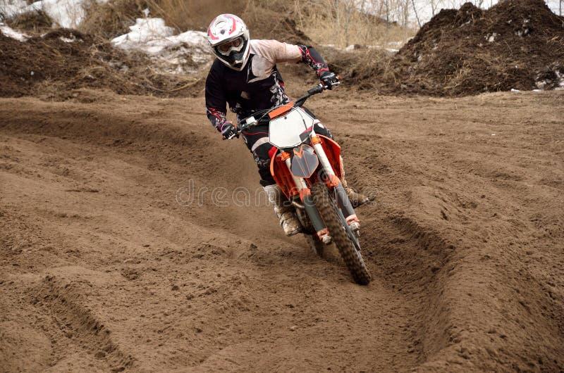 De rennende bestuurder van de motocross bij het draaien stock fotografie