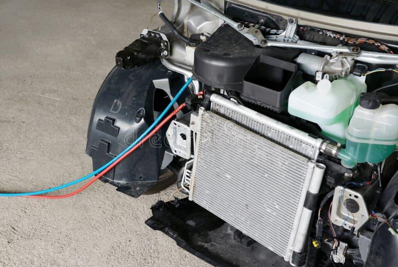 De reparatie van de autoairconditioner stock afbeeldingen