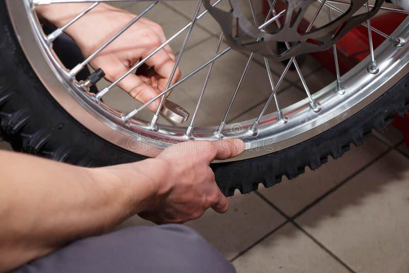 De reparatie van het motorfietswiel na van de bandlekken of schijf schade royalty-vrije stock foto's