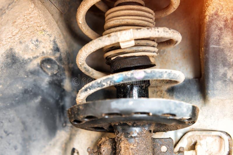 De reparatie van de schokbreker van de auto, een beschermende vloeistof lekte uit royalty-vrije stock foto