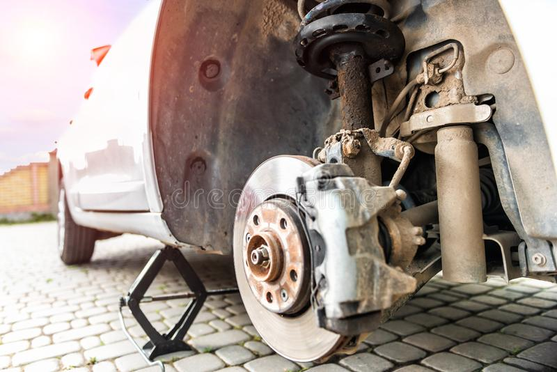 De reparatie van de schokbreker van de auto, een beschermende vloeistof lekte uit stock fotografie