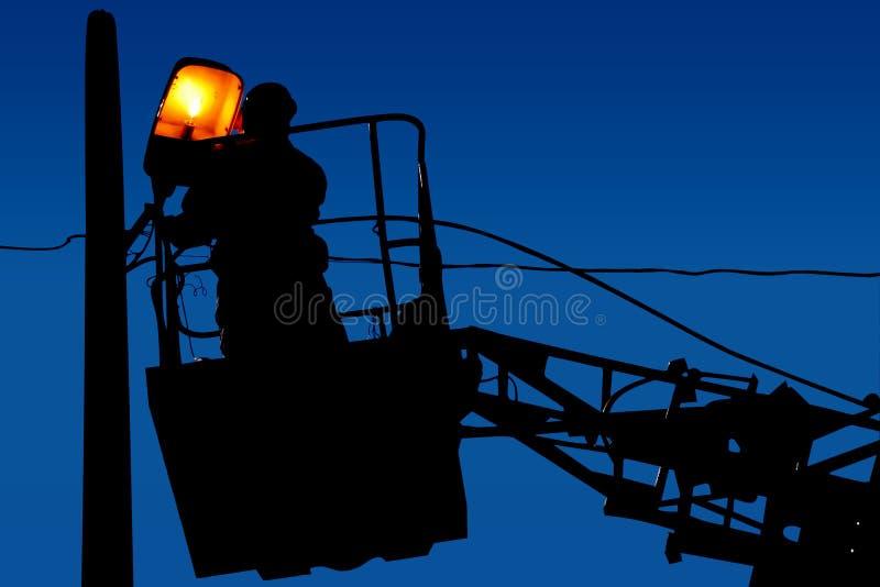 De reparaties van de silhouetelektricien op een lichte pool op de blauwe hemelachtergrond stock foto's