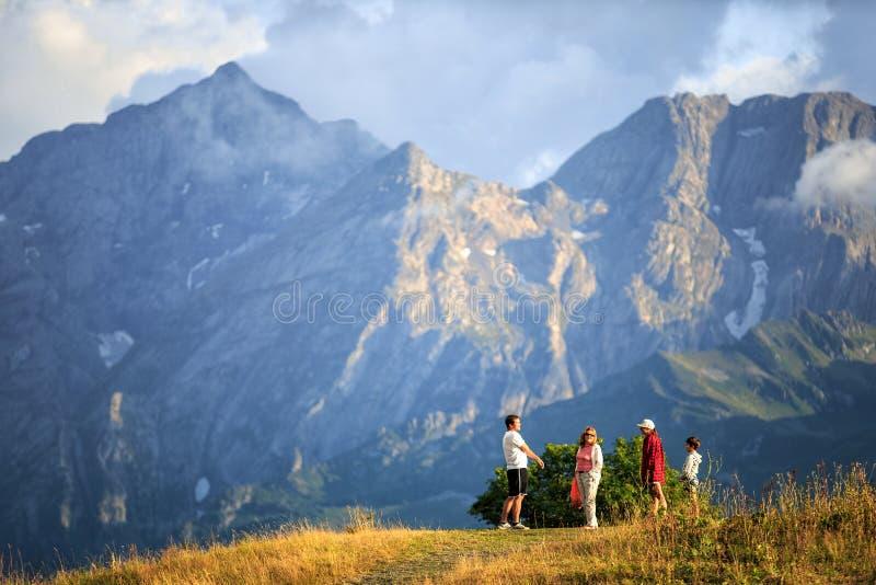 De Reserve van de Kaukasus, Rusland - circa September 2015: De toeristen bevinden zich tegen Agepsta-Piek in de Bergen van de Kau stock foto's