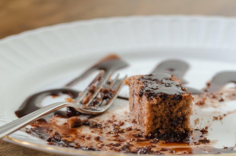 De rest van de chocoladecake op een witte plaat stock afbeelding