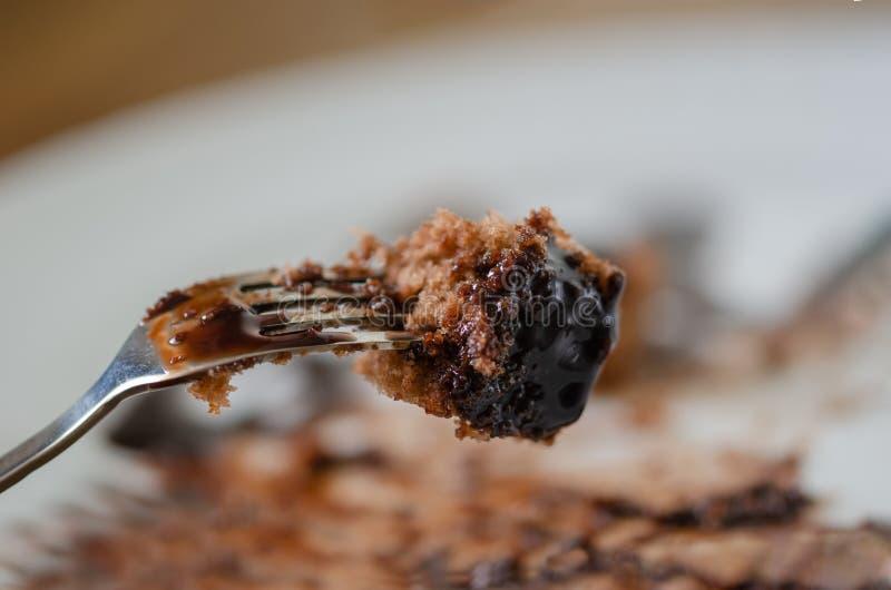 De rest van de chocoladecake op een witte plaat royalty-vrije stock foto's