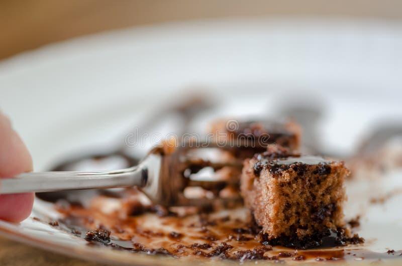 De rest van de chocoladecake op een witte plaat stock foto