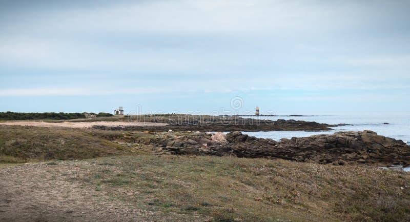 De rest van een misthoorn, een seinpaal en een boot verankeren in Pointe du But op Yeu-Eiland stock foto's
