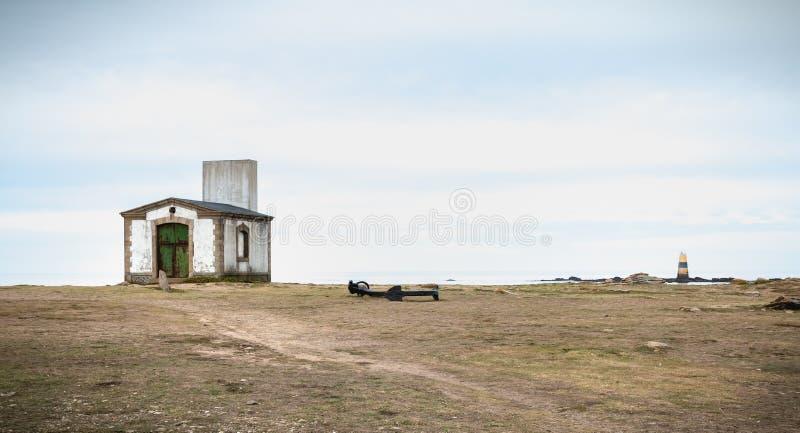 De rest van een misthoorn, een seinpaal en een boot verankeren in Pointe du But op Yeu-Eiland royalty-vrije stock afbeelding