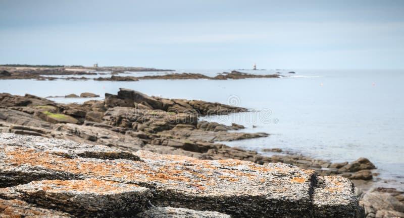 De rest van een misthoorn, een seinpaal en een boot verankeren in Pointe du But op Yeu-Eiland stock fotografie