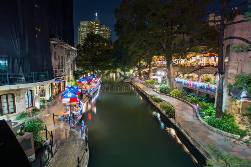 De restaurants van San Antonio Riverwalk bij nacht stock fotografie