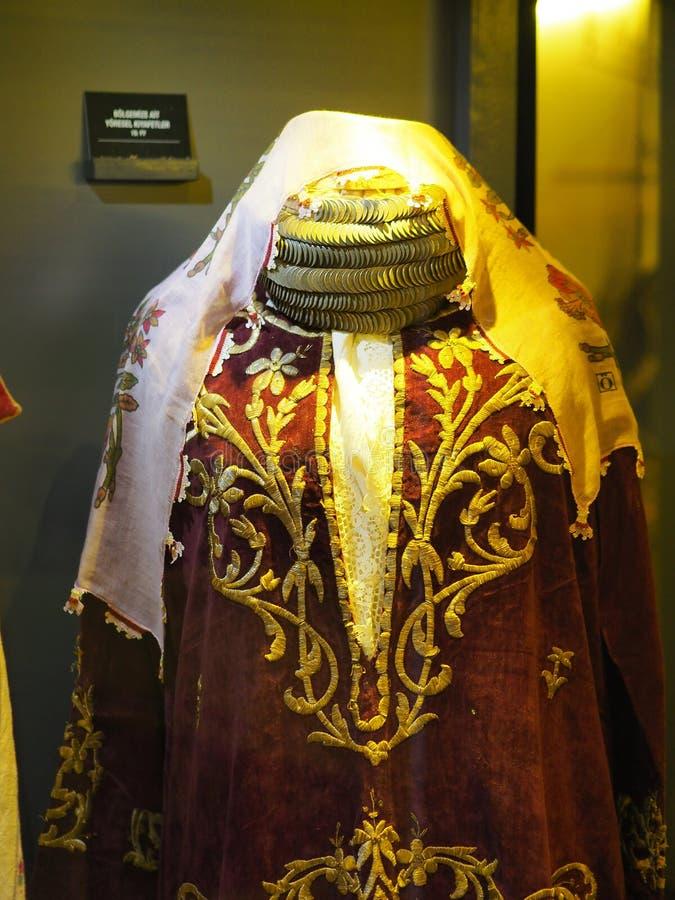De resterende vrouwen die zich op het tijdstip van de ottomane kleden stock foto