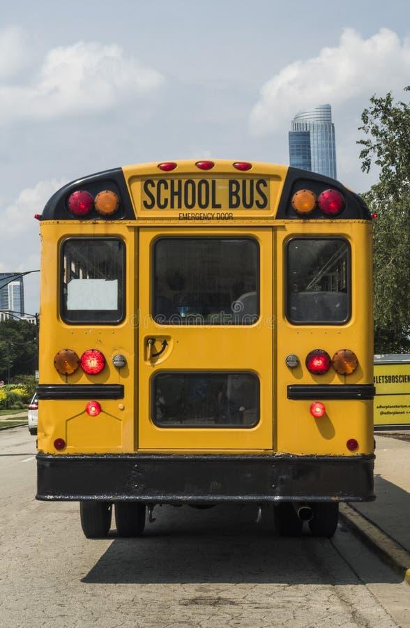 De retour d'un autobus scolaire jaune s'est garé au planétarium d'Adler le 3 août 2017 - Chicago, l'Illinois photo libre de droits