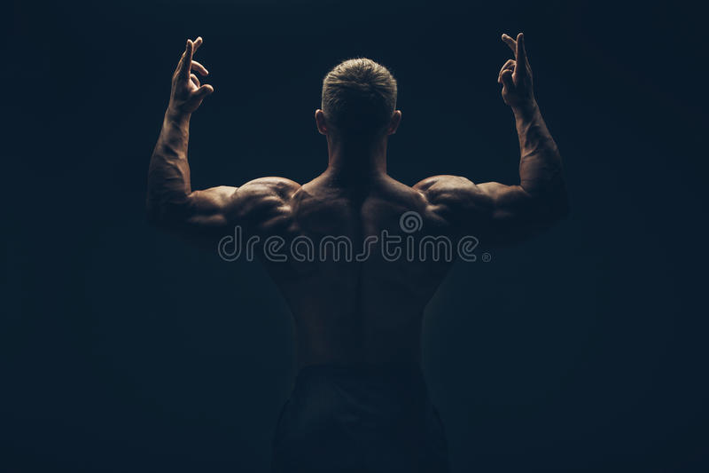 De retour d'un homme musculaire nu, tir de studio images libres de droits