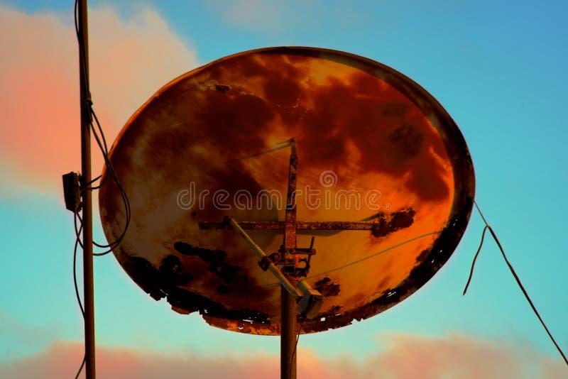 De retour d'une antenne rouillée très vieille de télévision par satellite photos libres de droits