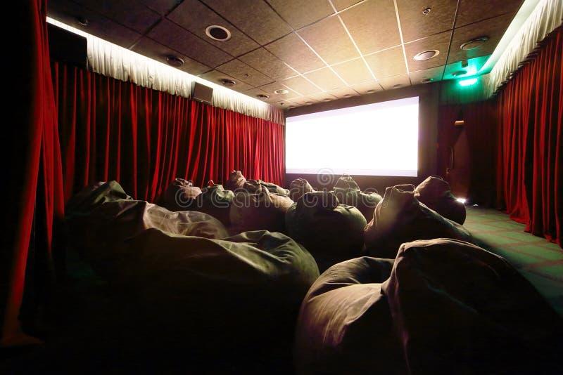 De retour de grands sièges peu communs confortables dans le theate de film photos stock