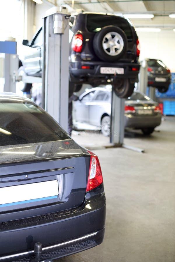 De retour de la voiture noire dans le garage. image stock