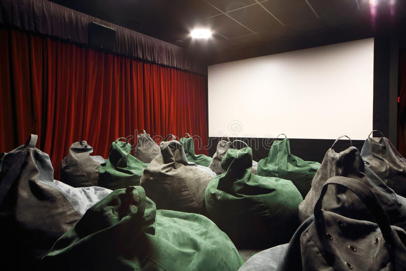 De retour des sièges comme les sacs et l'écran dans la salle de cinéma. image stock
