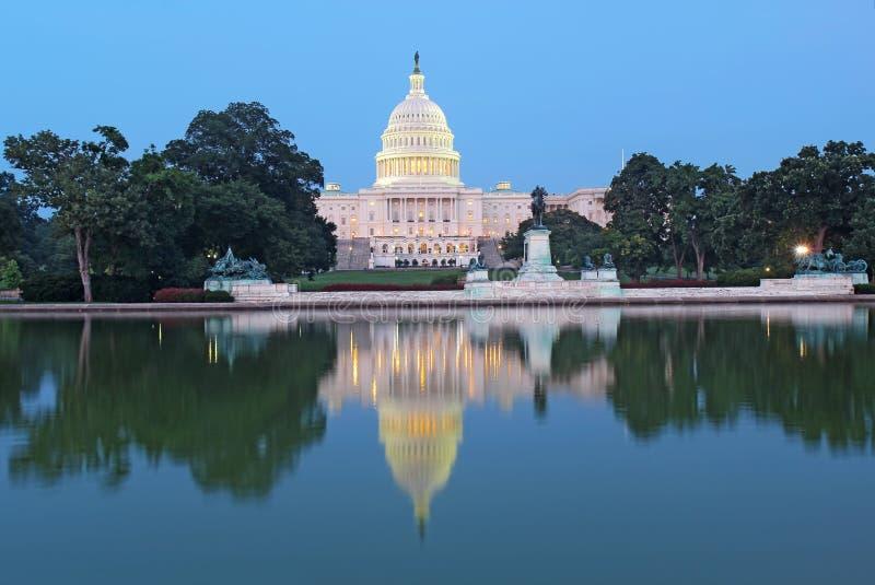 De retour du bâtiment de capitol des Etats-Unis et de la piscine se reflétante photos stock