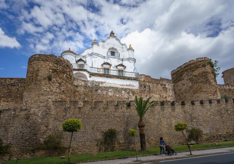 De retour du palais épiscopal au-dessus des murs médiévaux de Plasence, l'Espagne photographie stock libre de droits