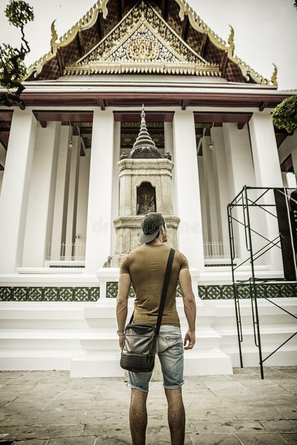 De retour du touriste masculin dans le palais grand, Bangkok photos libres de droits